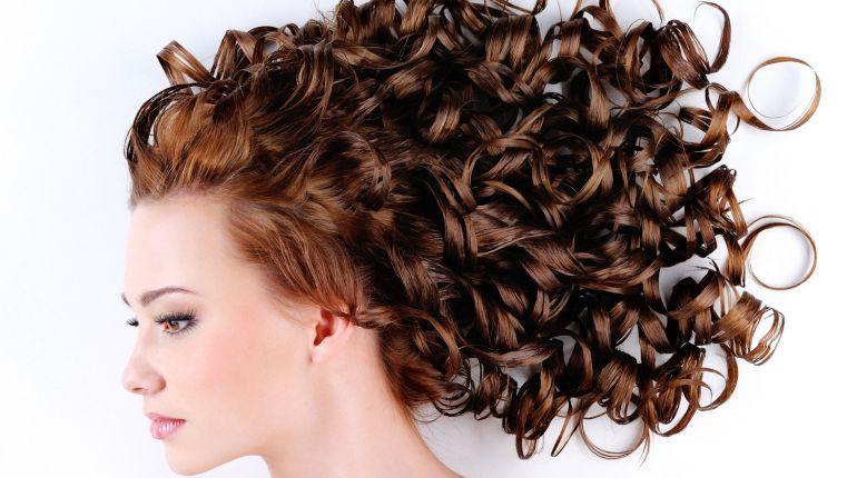 Come curare i capelli ricci in estate ?