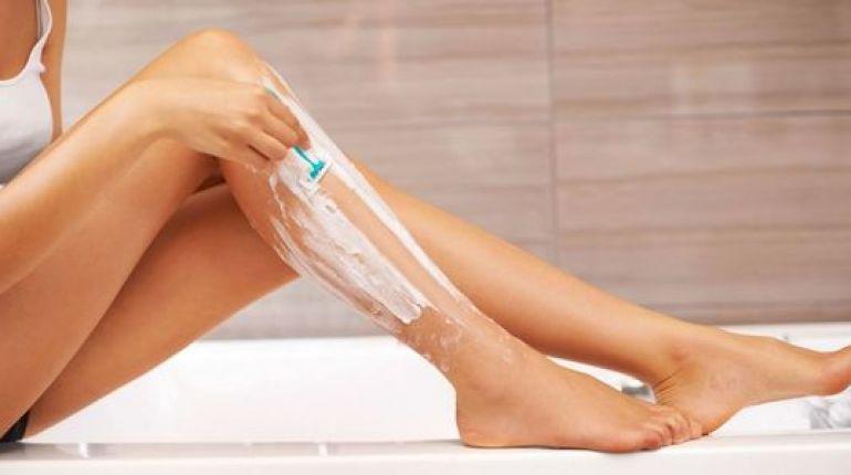 Come eliminare i peli incarniti sulle gambe con 8 rimedi casalinghi