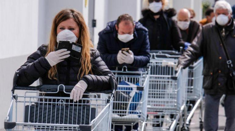 L' educazione di attendere la fila, la distanza, la mascherina, i guanti: il supermercato